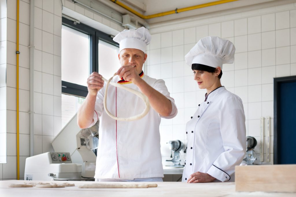 baecker_bei_der_kuchenzubereitung